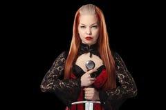 Portret van schitterende roodharigevrouw met lang zwaard Royalty-vrije Stock Fotografie