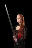 Portret van schitterende roodharigevrouw met lang zwaard Royalty-vrije Stock Afbeelding