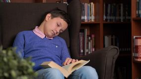 Portret van schooljongen die hun thuiswerk doen en als voorzitter slapen royalty-vrije stock foto's