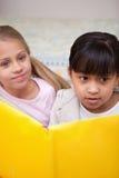 Portret van schoolmeisjes het lezen Stock Foto