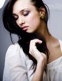 Portret van schoonheids jonge vrouw met haar op gezicht royalty-vrije stock afbeelding