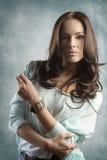 Portret van schoonheids toevallig meisje op groene achtergrond Royalty-vrije Stock Foto's