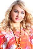 Portret van schoonheidsmeisje in oranje kleding. Stock Afbeeldingen