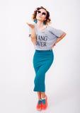 Portret van schoonheidsvrouw in zonnebril luchtkus, krullend haar, manieruitrusting, jonge hipster Royalty-vrije Stock Foto