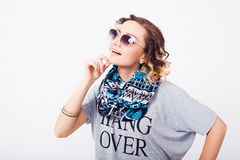 Portret van schoonheidsvrouw in zonnebril luchtkus, krullend haar, manieruitrusting, jonge hipster Royalty-vrije Stock Afbeeldingen
