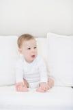 Portret van schreeuwende babyjongen in wit Weinig Engel Stock Afbeelding