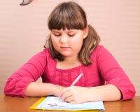 Portret van schrijvend meisje Stock Fotografie