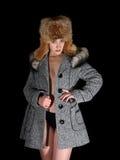 Portret van seksueel meisje in grijze laag en bonthoed stock foto's