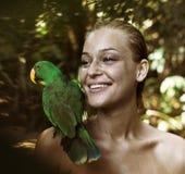 Portret van sensueel, blonde met een papegaai Stock Afbeelding