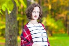 Portret van Sensueel Glimlachend Kaukasisch Donkerbruin Wijfje in voor Stock Fotografie