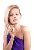 Portret van sensuele blonde vrouw in purpere kleding Royalty-vrije Stock Foto