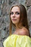 Portret van sensuele modieuze jonge vrouw in gele kleding openlucht Stock Foto's