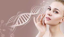 Portret van sensuele vrouw in DNA-kettingen royalty-vrije stock fotografie