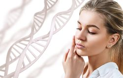 Portret van sensuele vrouw met gesloten ogen in DNA-kettingen royalty-vrije stock afbeeldingen