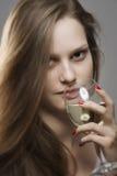 Portret van sensuele vrouw met lang mooi haar het drinken glas witte wijn Royalty-vrije Stock Fotografie
