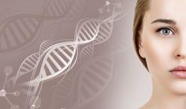 Portret van sensuele vrouw onder DNA-kettingen stock foto