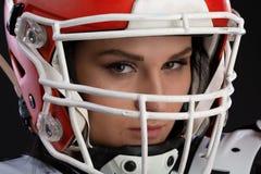 Portret van sexy aantrekkelijk jong meisje met een heldere samenstelling in een sportenuitrusting voor rugby met de helm op hoofd stock fotografie