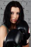 Portret van sexy boksermeisje met handschoenen op handen Stock Afbeeldingen