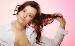 Portret van sexy donkerbruin meisjes lang haar op roze stock afbeelding