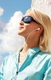 Portret van sexy jonge vrouw het luisteren muziek Royalty-vrije Stock Afbeelding