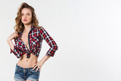 Portret van sexy meisje in geruite overhemd en denimborrels stock afbeeldingen