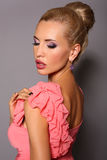 Portret van sexy meisje met blond haar met heldere make-up Royalty-vrije Stock Foto's