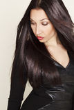Portret van sexy mooie jonge vrouw in zwarte leerkleding Royalty-vrije Stock Afbeelding
