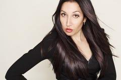 Portret van sexy mooie jonge vrouw in zwarte leerkleding Royalty-vrije Stock Afbeeldingen