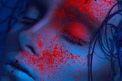 Portret van sexy volwassen meisje met neonpoeder op gezicht royalty-vrije stock foto's