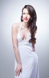 Portret van sexy vrouw in wit Stock Afbeeldingen