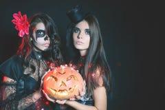 Portret van sexy vrouwen met de gotische ogen van make-upsmokey stock foto