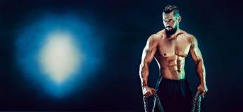 Portret van shirtless bodybuilder Het spiermens stellen in studio stock foto's