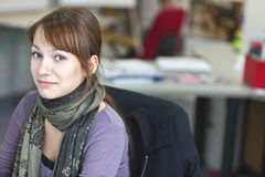 Portret van slim een aantrekkelijke jonge vrouw in bureau royalty-vrije stock afbeeldingen
