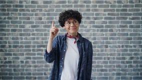 Portret van slim meisje in glazen die goed idee hebben die wijsvinger het glimlachen opheffen stock videobeelden