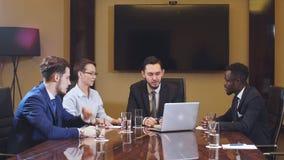 Portret van slimme partners die laptop met behulp van op vergadering stock footage