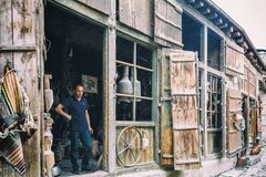 Portret van Smid van Lahic Koperproductie en werktuigen in Lahiche - het centrum van ambachtsproductie stock afbeeldingen