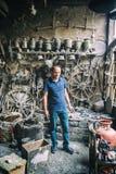 Portret van Smid van Lahic Koperproductie en werktuigen in Lahiche - het centrum van ambachtsproductie stock foto's