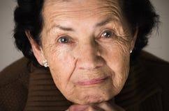 Portret van snoepje die van gelukkige grootmoeder houden Stock Afbeelding