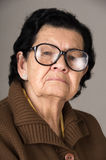 Portret van snoepje die van gelukkige grootmoeder houden royalty-vrije stock foto's