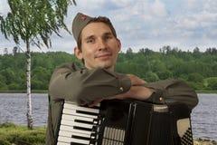 Portret van Sovjetmilitair met harmonika in openlucht royalty-vrije stock afbeeldingen