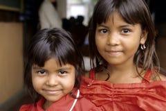 Portret van Spaans meisje met zuster, Nicaragua Stock Fotografie