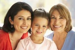 Portret van Spaanse Grootmoeder, Moeder en Dochter die thuis ontspannen stock afbeelding
