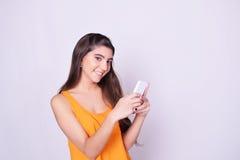 Portret van Spaanse/Kaukasische jonge vrouw die een mobiele phon gebruiken Royalty-vrije Stock Fotografie