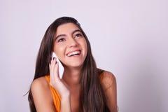 Portret van Spaanse/Kaukasische jonge vrouw die een mobiele phon gebruiken Royalty-vrije Stock Foto's
