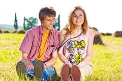 Portret van speels jong liefdepaar die pret hebben Stock Afbeeldingen