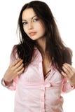 Portret van speelse jonge vrouw in roze overhemd Stock Afbeelding