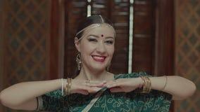Portret van speelse knipogende vrouw in Indische Sari stock videobeelden