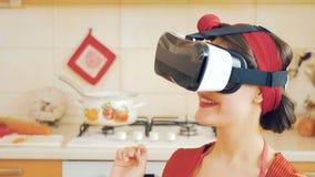 Portret van speld-omhooggaand meisje in virtuele werkelijkheidsglazen stock video