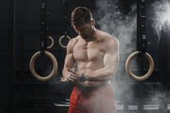 Portret van spiercrossfitatleet die handen slaan en voor training bij de gymnastiek voorbereidingen treffen stock fotografie