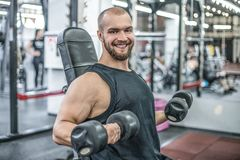 Portret van sportieve gezonde sterke spier charismatische gelukkige het glimlachen knappe mensenbodybuilder harde opleidingstrain stock foto's